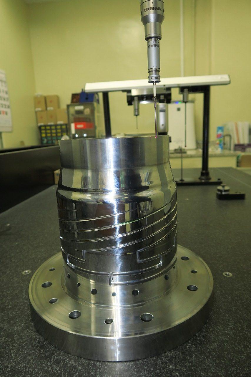<p>マンドレル先端を3次元測定器で測定しているところ。(真円度±0.02)</p>